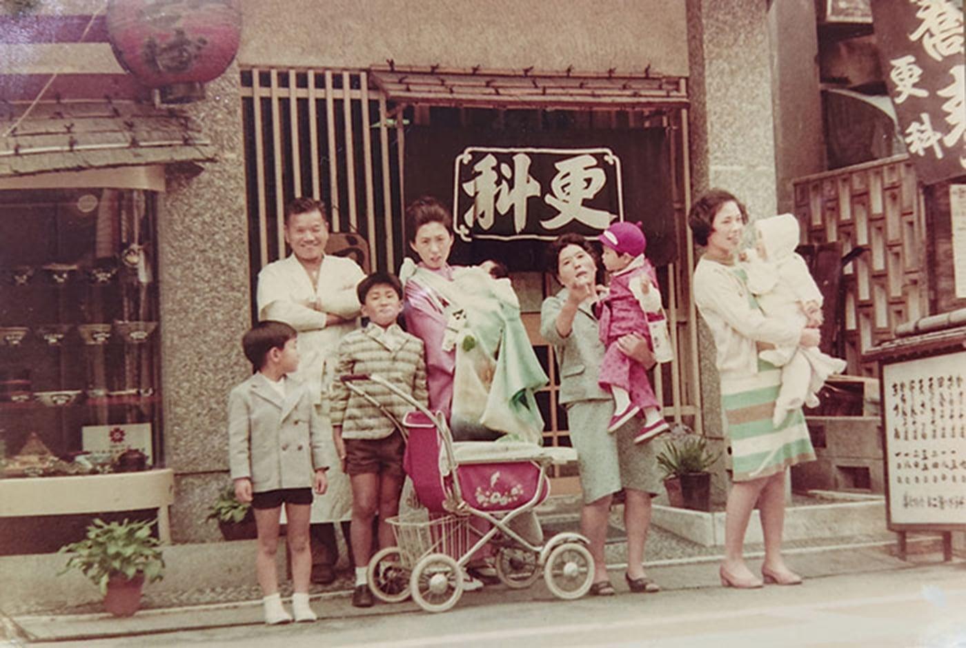 創業者である勘田登喜雄と当時の店名『北本家 更科』での写真